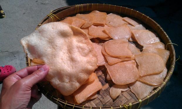 Krewetkowe chipsy - stan przed i po przygotowaniu