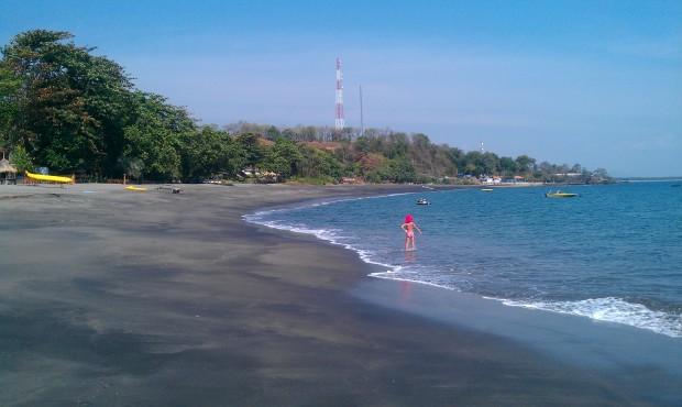 Ziemisto czarne plaże w Sengiggi (Lombok)