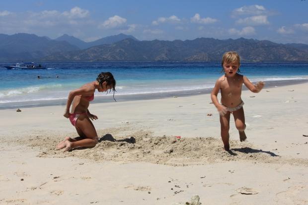 Gili Meno - zabawy na wschodniej plaży